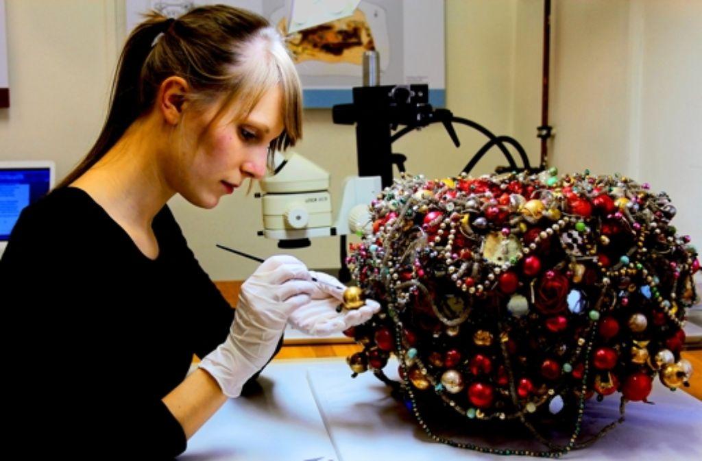 Stephanie Wümmers von der Kunstakademie restauriert einen Schäppel Foto: Akademie