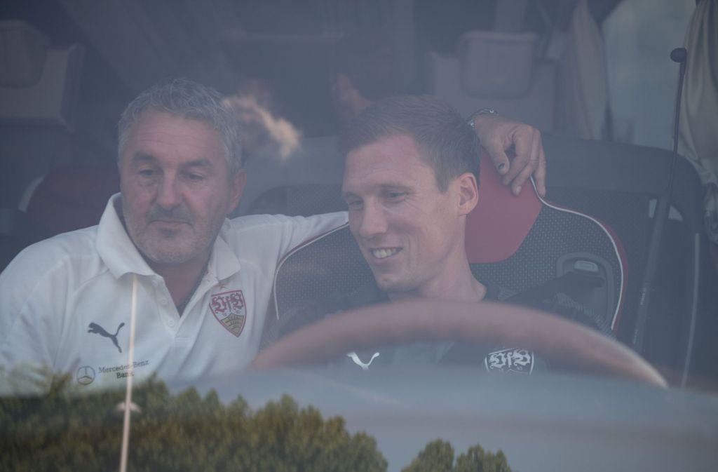 Ob VfB-Trainer Hannes Wolf auf dem Weg zum Chiemsee wohl auch mal das Steuer übernimmt? Foto: dpa