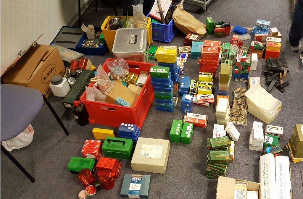 Die Polizei beschlagnahmte mehrere Tonnen Waffen und Munition eines 62-Jährigen aus Pinneberg. Foto: Polizeidirektion Bad Segeberg
