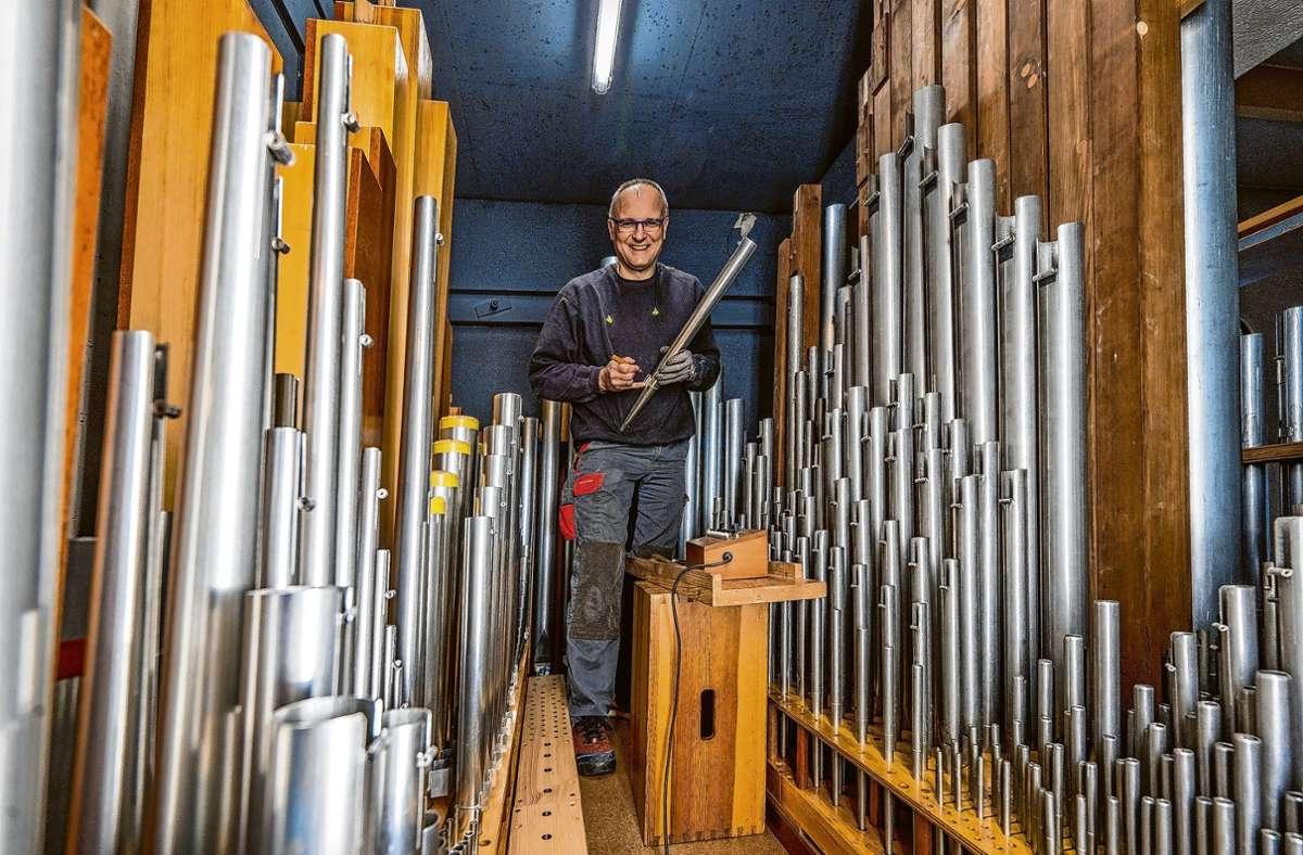 Von Pfeifen umgeben: Orgelbaumeister Gilbert Scharfe in der katholischen Kirche in Ottenbach. Foto: Giacinto Carlucci