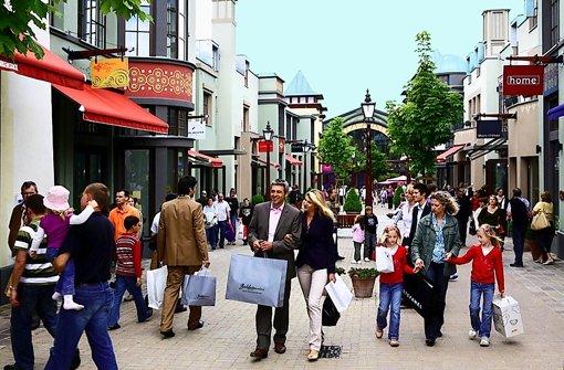 """""""Shopping"""" – wie hier im Wertheim-Village –  ist für viele Menschen ein Freizeitvergnügen geworden und spielt als Motiv vor allem bei Kurztripps  eine immer wichtigere Rolle. Foto: StZ"""