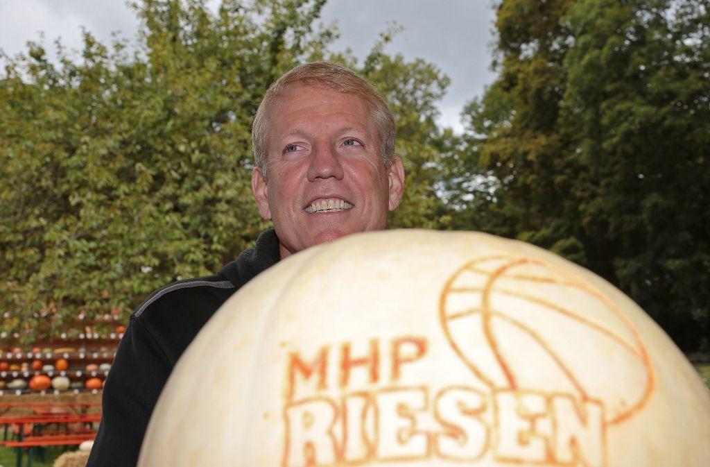 Ein Riesen-Kürbis für den Riesen-Trainer John Patrick Foto: Pressefoto Baumann