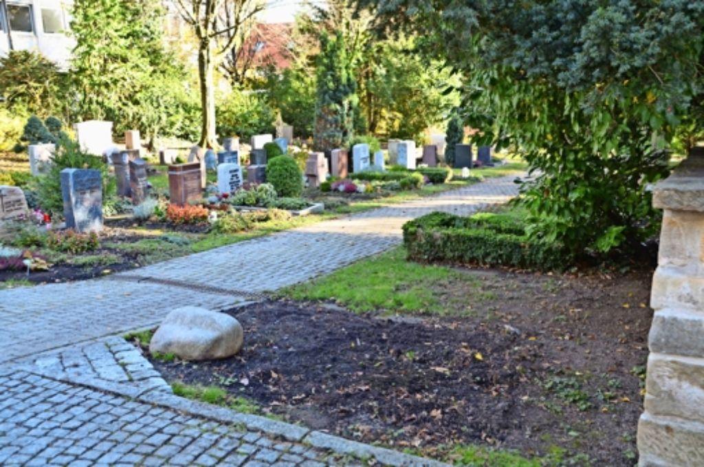 An der Mauer auf dem Alten Friedhof klafft eine Lücke: Das Grab von Tell Geck wurde abgeräumt. Foto: Sandra Hintermayr