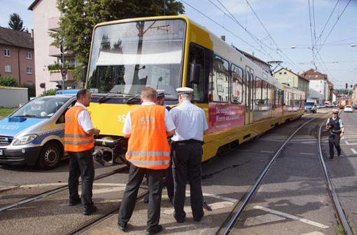 Autofahrer wendet und kracht mit Stadtbahn zusammen
