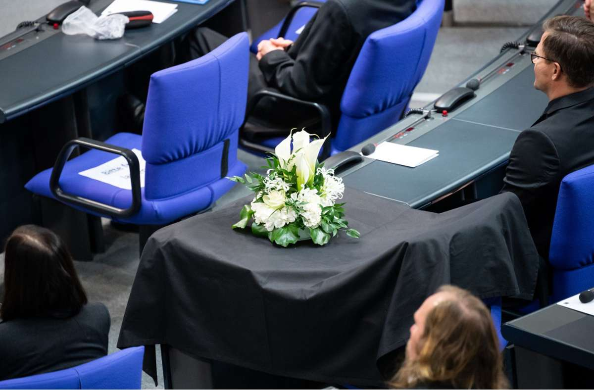 Ein Blumengesteck steht bei der Trauerfeier für den verstorbenen Thomas Oppermann (SPD) im Bundestag auf einem Platz in der SPD-Fraktion. Foto: dpa/Bernd von Jutrczenka