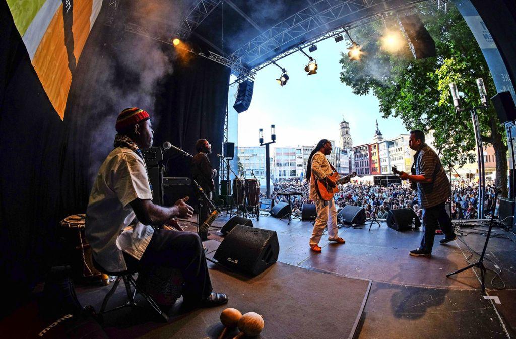 Afrikanischer Rock auf die Ohren: Das Sommerfestival der Kulturen lädt zu einer musikalischen und kulinarischen Reise um die Welt ein. Foto: Lichtgut/Max Kovalenko