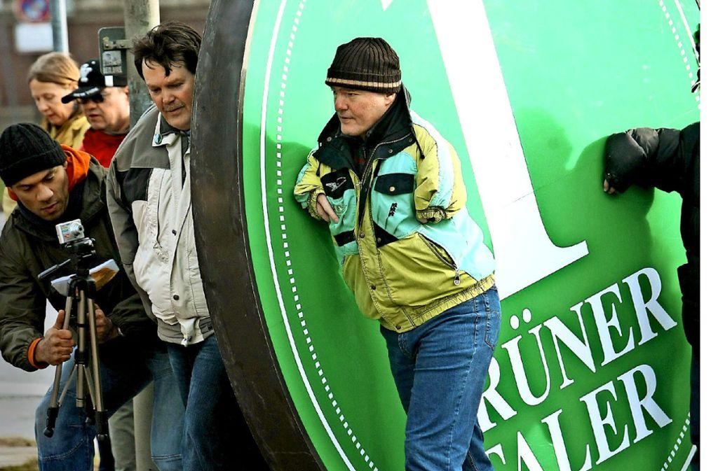 """2008 demonstrierten Conterganopfer in Hamburg, wo das Landesgericht über die Ausstrahlung der ARD-Produktion """"Eine einzige Tablette"""" entschied. Foto: dpa"""
