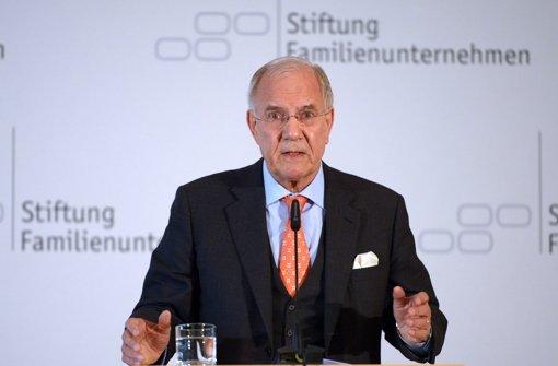Brun-Hagen Hennerkes,  der Vorstand der Stiftung Familienunternehmen, verschafft dem AfD-Spitzenkandidat Lucke einen Auftritt vor hochrangigen Wirtschaftsvertretern. Foto: dpa