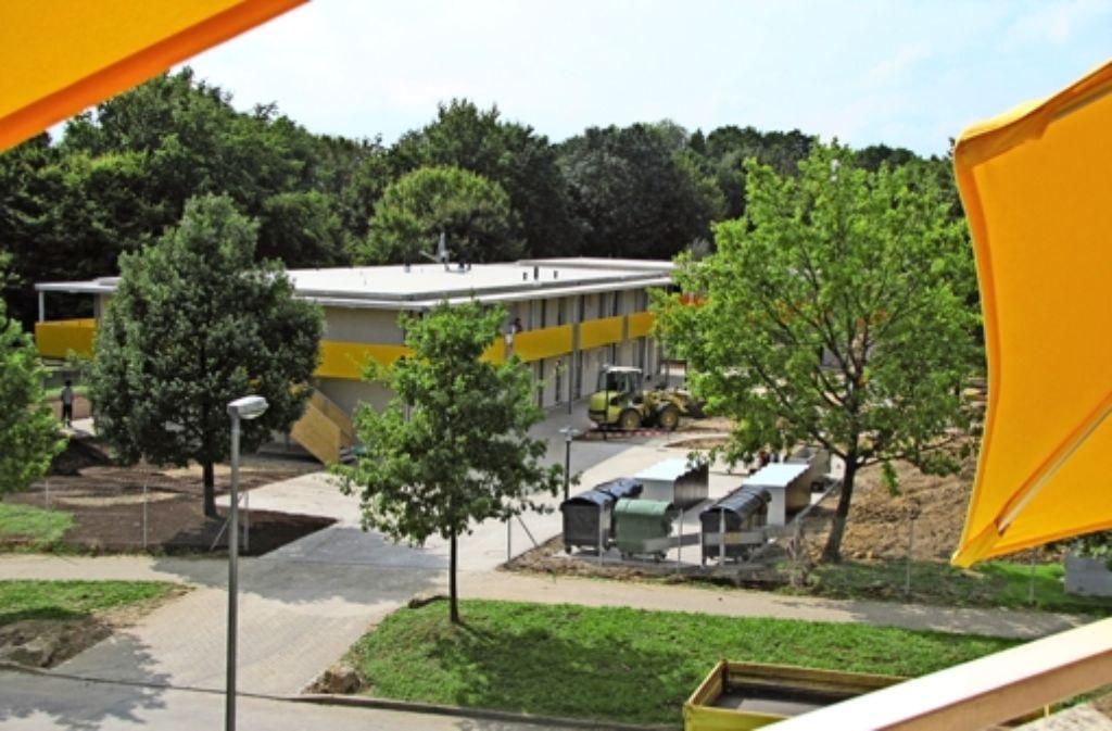 Der Blick vom Südbalkon der Schauers: das neue Flüchtlingsheim in Plieningen Foto: Sägesser