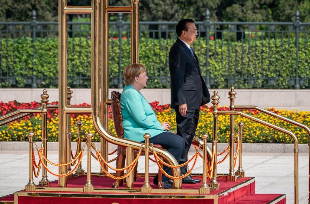 Angela Merkel sitzt neben Chinas Regierungschef Li Keqiang beim Empfang in Peking. Foto: dpa