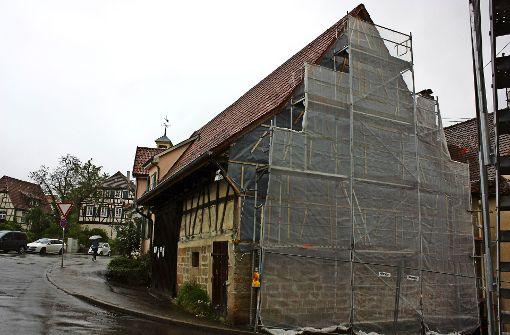 Die Ritter-Scheuer gehört zum historischen Musberg. Sie  ist ein Sanierungsfall und trägt deshalb seit Jahren Gerüst. Foto: Natalie  Kanter