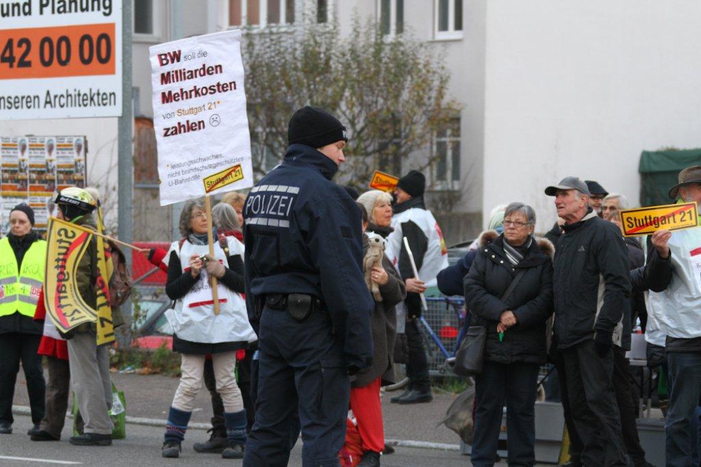 Der feierliche Anstich für den ersten S21-Tunnel in Stuttgart-Wangen ist am Mittwoch von friedlichen Protesten der Projektgegner begleitet worden. Klicken Sie sich durch die Bilder der Demonstration und des Festakts. Foto: Benjamin Beytekin