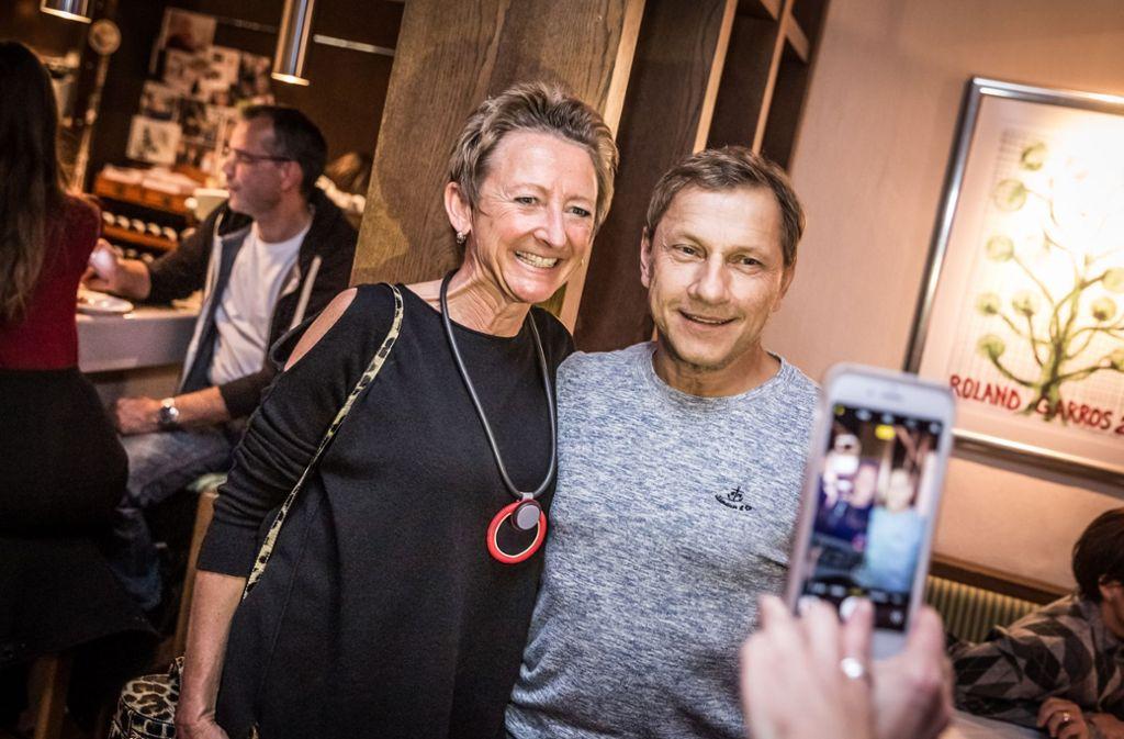 Richy Müller lächelt für ein Erinnerungsfoto von der Tatort-Party beim TEC Waldau in die Kamera. Foto: Lichtgut/Julian Rettig