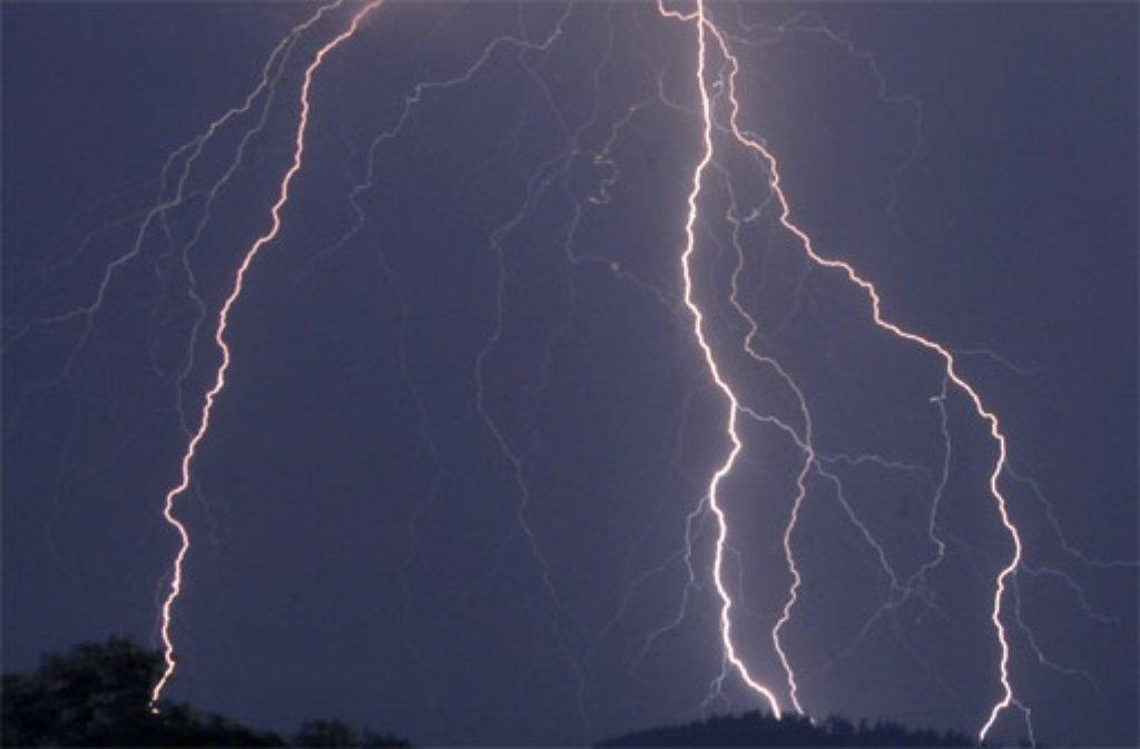 In der Region Stuttgart schlugen in der Nacht zum Samstag mindestens zwei Blitze ein. Foto: dpa/Symbolbild