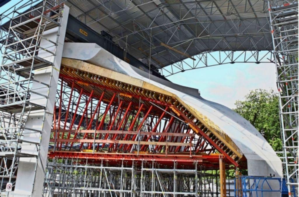 Das Dach soll den Baukörper vor Witterungseinflüssen schützen – und vor allzu neugierigen Augen. Schließlich handelt es sich um einen Test. Foto: Jan Reich