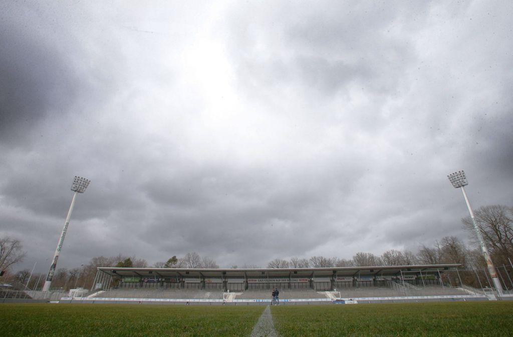 Dunkle Wolken über Degerloch. Für die Stuttgarter Kickers stehen schwere Zeiten bevor. Foto: Baumann
