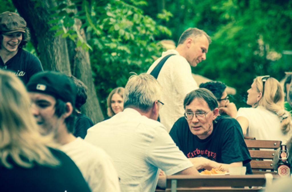 Beim MusikerBBQ kommen sich Veranstalter, Bands und Presseleute näher. Und gegrillt wird auch.  Foto: Martina Wörz