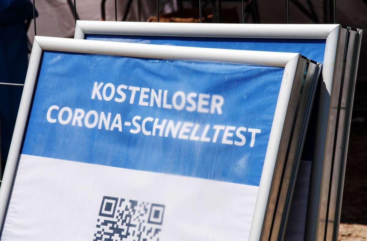 Laut Medienberichten haben einige Betreiber von Coronateststationen Geld für deutlich mehr Abstriche abkassiert, als sie Besucher hatten. (Symbolbild) Foto: dpa/Peter Kneffel