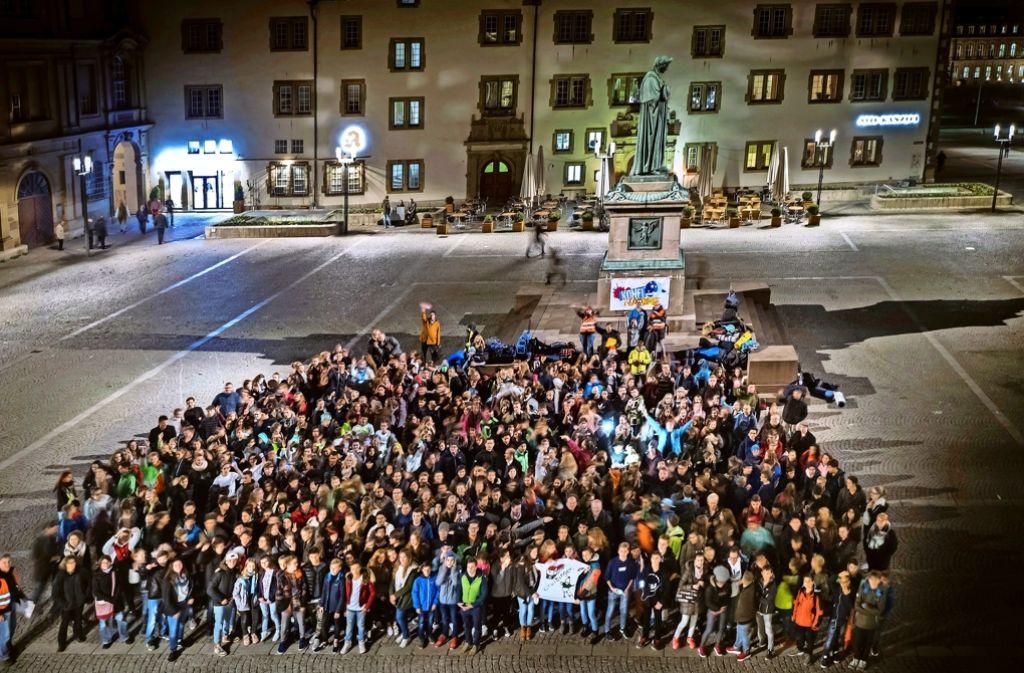 500 Teilnehmer sammelten sich auf dem Schillerplatz zum Gruppenbild. Foto: Lichtgut/Achim Zweygarth