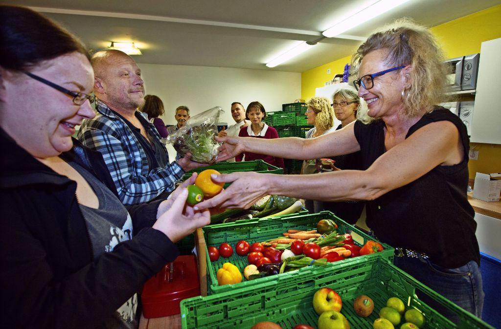 Um im Heaven kostenlose Lebensmittel mitnehmen zu können, stehen die Besucher schon lange vorher an. Foto: Ines Rudel