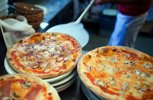 Hungriger Dieb verspeist kalte Pizza