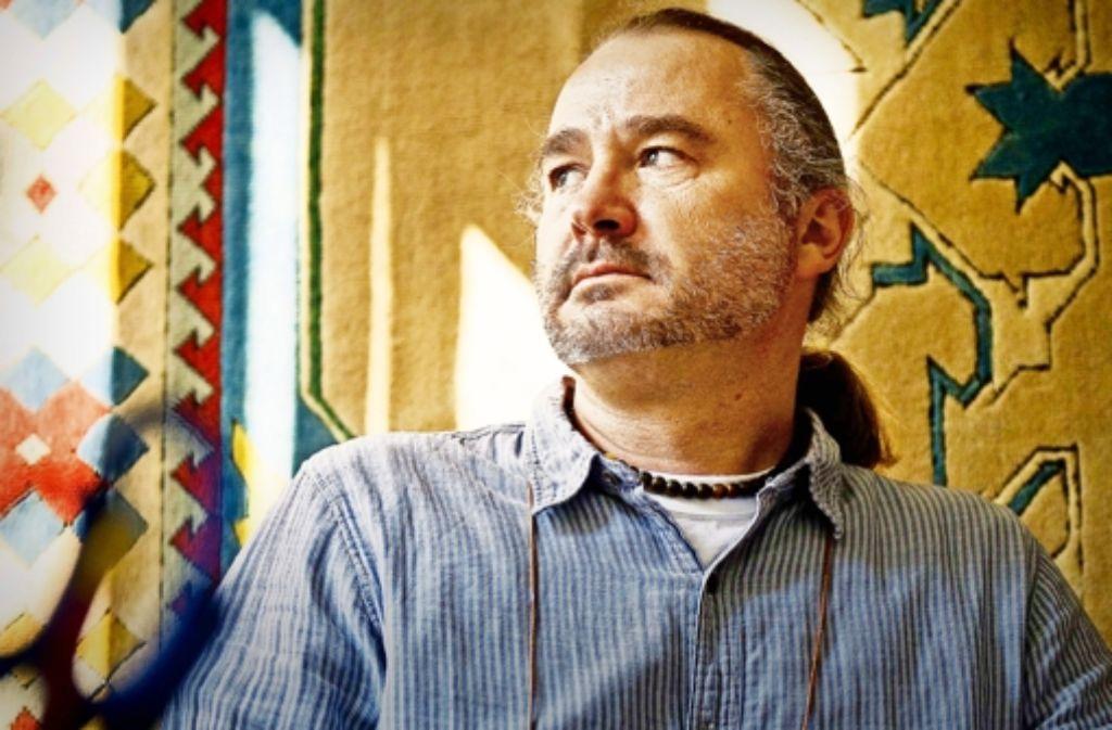 Norbert Häberlin  in seinem Büro in der  Flüchtlingsunterkunft Foto: Lichtgut/Max Kovalenko