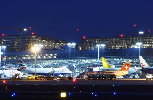 Hunderte Passagiere stecken am Flughafen fest