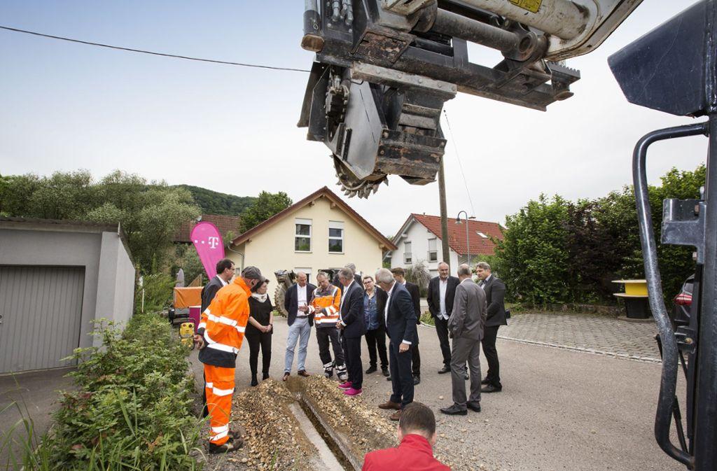 Im Juni 2019 startete das Kooperationsprojekt zum Glasfaserausbau in Reichenbach im Täle im Kreis Göppingen: die ersten Leitungen werden verlegt. Foto: Pressefoto Horst Rudel/Horst Rudel