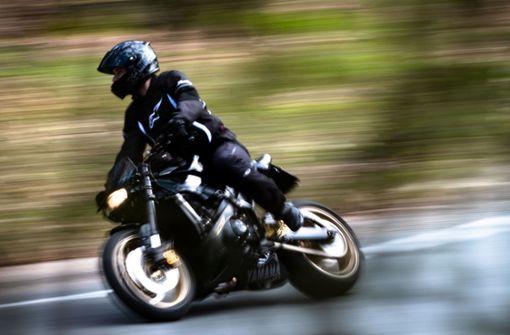 Motorradfahrer landet in Leitplanke