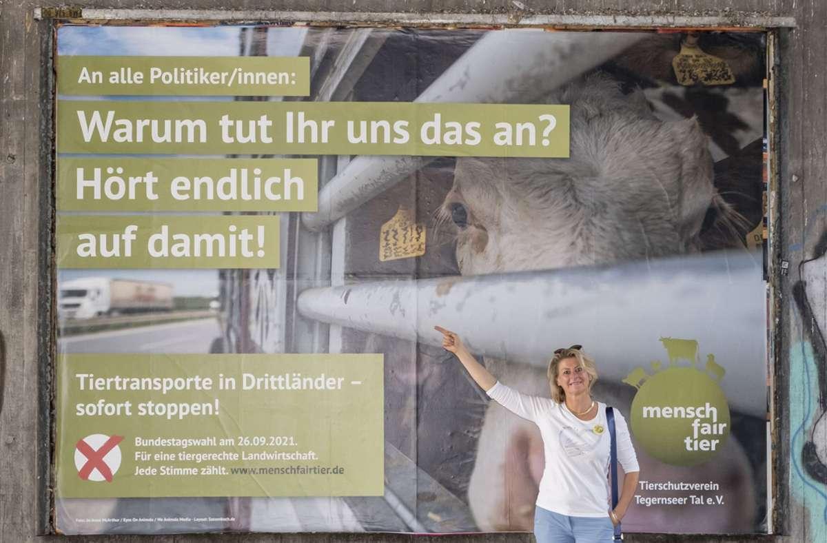 Petra Kletzander, die Gründerin der Initiative mensch fair tier,  vor einem Großplakat des ehrenamtlichen Bündnisses. Foto: Andreas / Engelhard