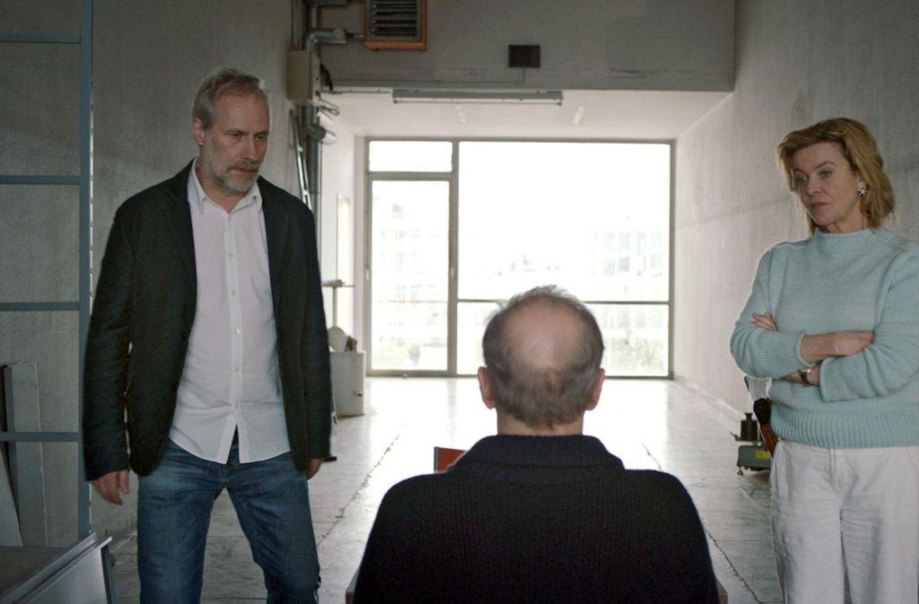 Paul Brix (Wolfram Koch, li.) und Anna Janneke (Margarita Broich) müssen mit ihrem Kollegen Matzerath (Peter Lohmeyer) auf dem Flur sprechen – ihr Gebäude wird renoviert. Foto: HR/Degeto