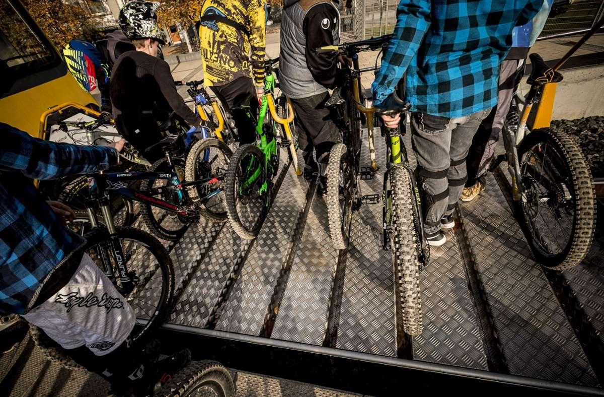 Ein besonderer Service der SSB: Bergauf werden die Fahrräder auf dem vorgespannten Wagen transportiert. Foto: Leif Piechowski