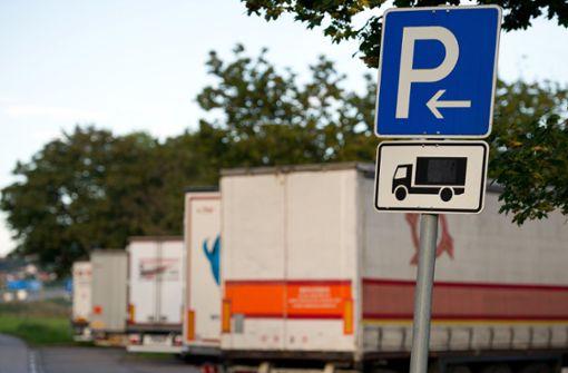 Planen an mehr als 100 Lastwagen aufgeschlitzt