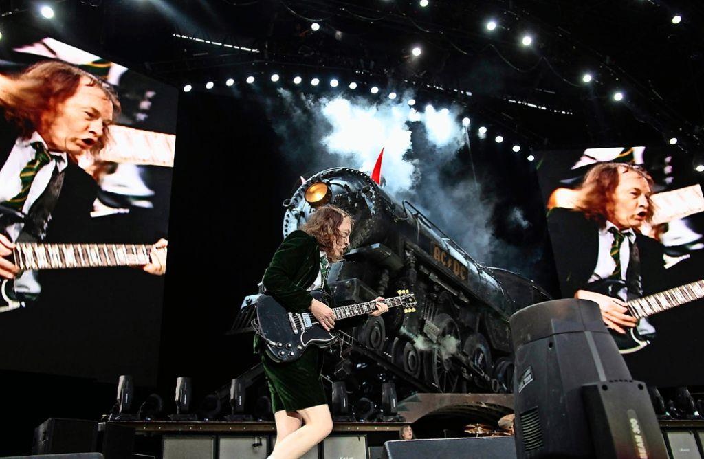 Die australische Band AC/DC (hier im Bild der Gitarrist Angus Young beim Konzert am Cannstatter Wasen in Stuttgart 2010) ist Teil einer alles dominierenden Rock-Gerontokratie, findet unser Autor. Foto: FACTUM-WEISE