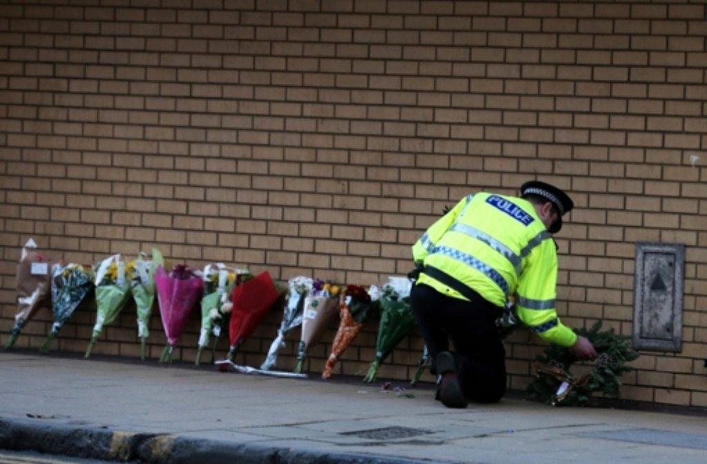 Die Trauer in Glasgow ist groß: Neun Menschen starben in den Trümmern eines Pubs, auf den ein Helikopter gestürzt war. Foto: dpa
