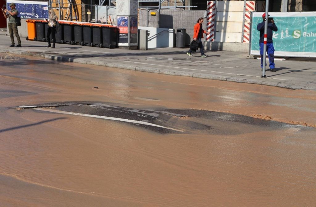 Durch den Wasserrohrbruch wurde der Asphalt am Arnulf-Klett-Platz angehoben und beschädigt. Foto: 7aktuell.de/Sven Adomat