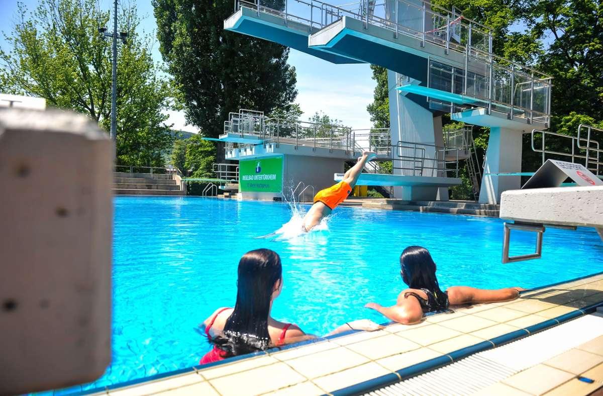 Springen, schwimmen, Freunde treffen. Ein Freibadbesuch im Sommer 2021 hat eine neue Bedeutsamkeit. Foto: Lichtgut/Max Kovalenko
