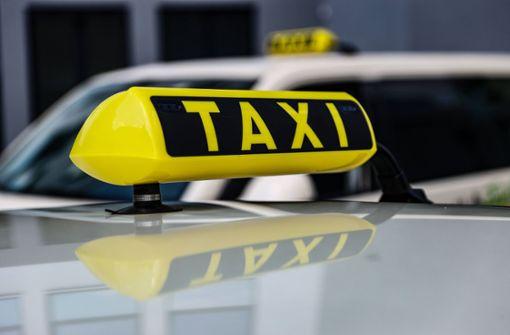 Falschparkerin fährt mit Taxifahrer auf Motorhaube los