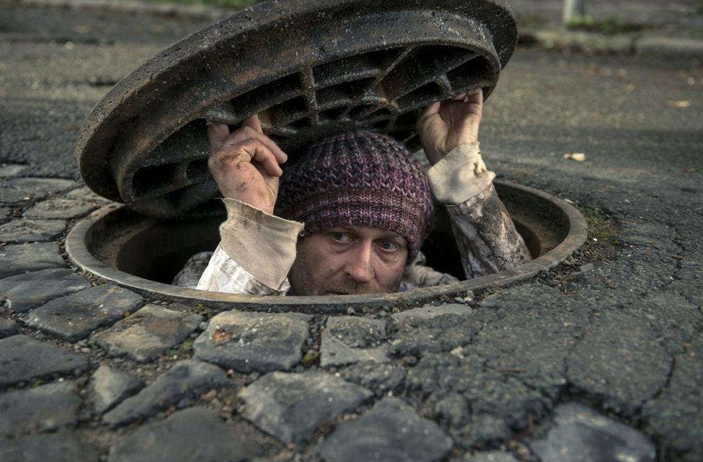 Gobi (Jürgen Vogel) schaut vorsichtig aus seinem Versteck. Foto: MDR