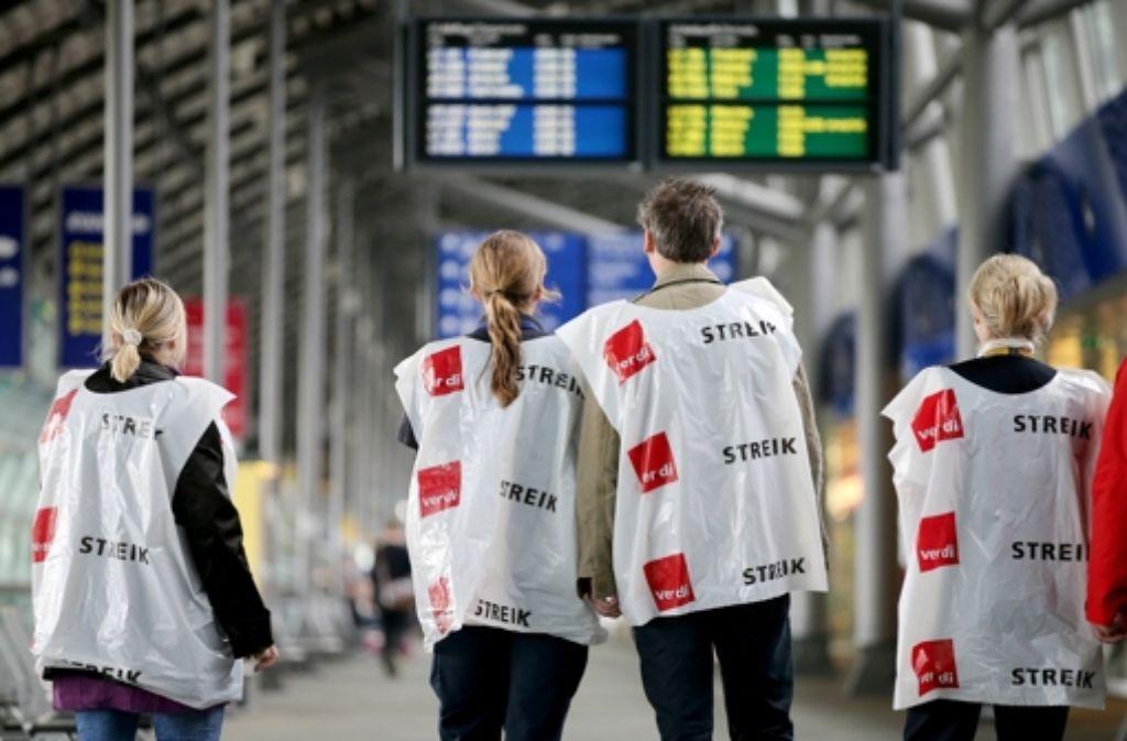 Alle Beschäftigten der sogenannten Bodendienste bei Lufthansa und den Töchtern Lufthansa-Systems bekommen für die Monate April bis Dezember 2015 eine Einmalzahlung in Höhe von 2250 Euro. Foto: dpa