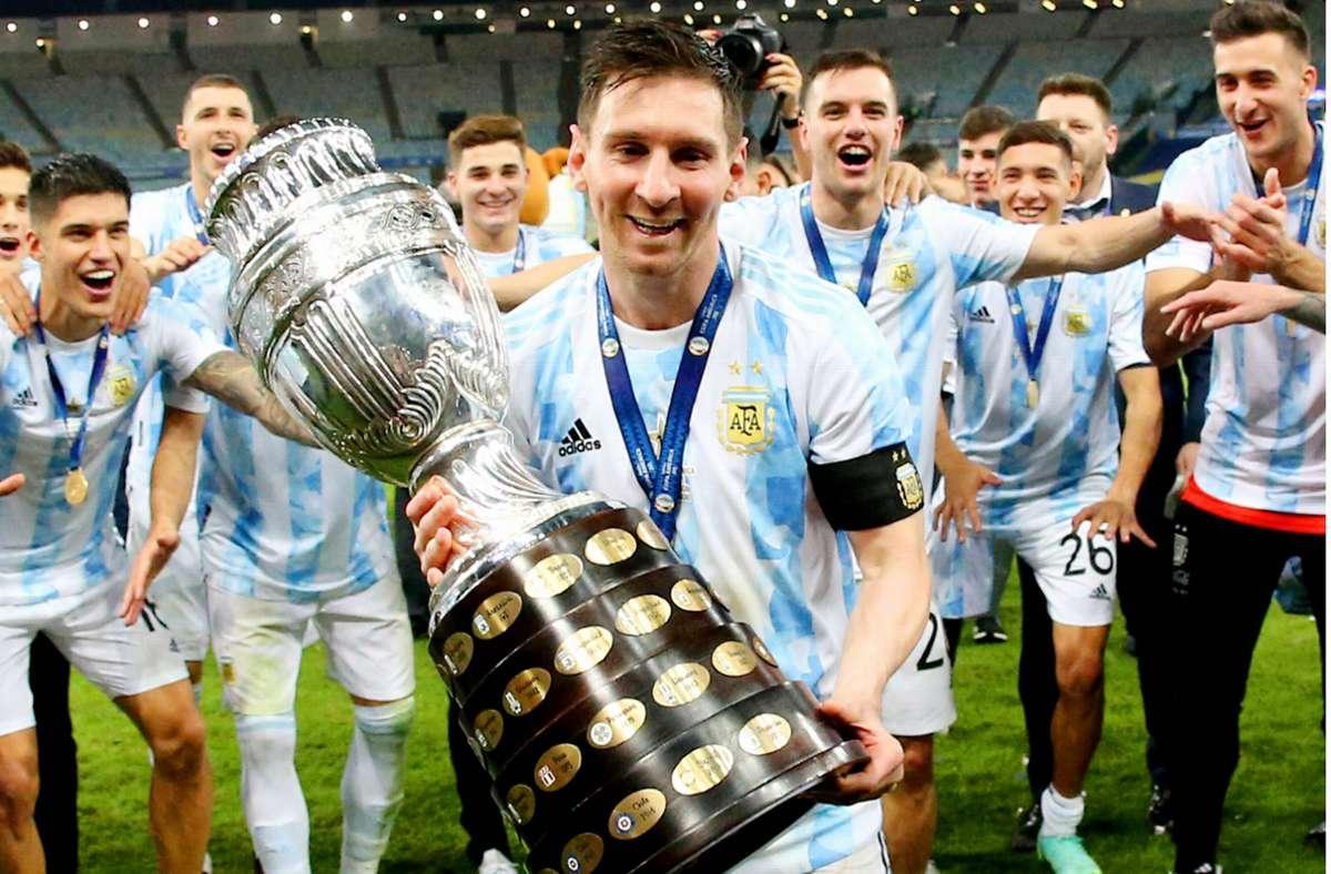 Lionel Messi mit dem Pokal der Copa América. Anschließend feierte der Argentinier auch noch einen Sieg über Cristiano Ronaldo – jedoch in einem nicht sportlichen Bereich. Foto: imago/MB Media Solutions