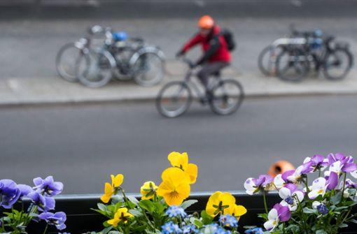 Erboster Radfahrer wirft Autofahrer sein Fahrrad an den Kopf