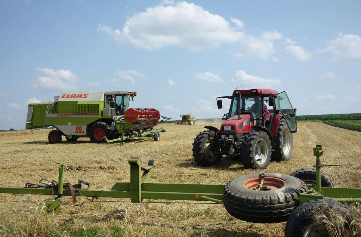 Die  Landwirte nutzen die Gunst der Stunde und mähen bis in die Dunkelheit hinein. Foto: Ingrid Sachsenmaier