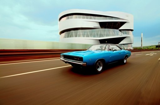 Der Dodge Charger R/T donnert am Mercedes-Museum. Foto: Simon Wonka