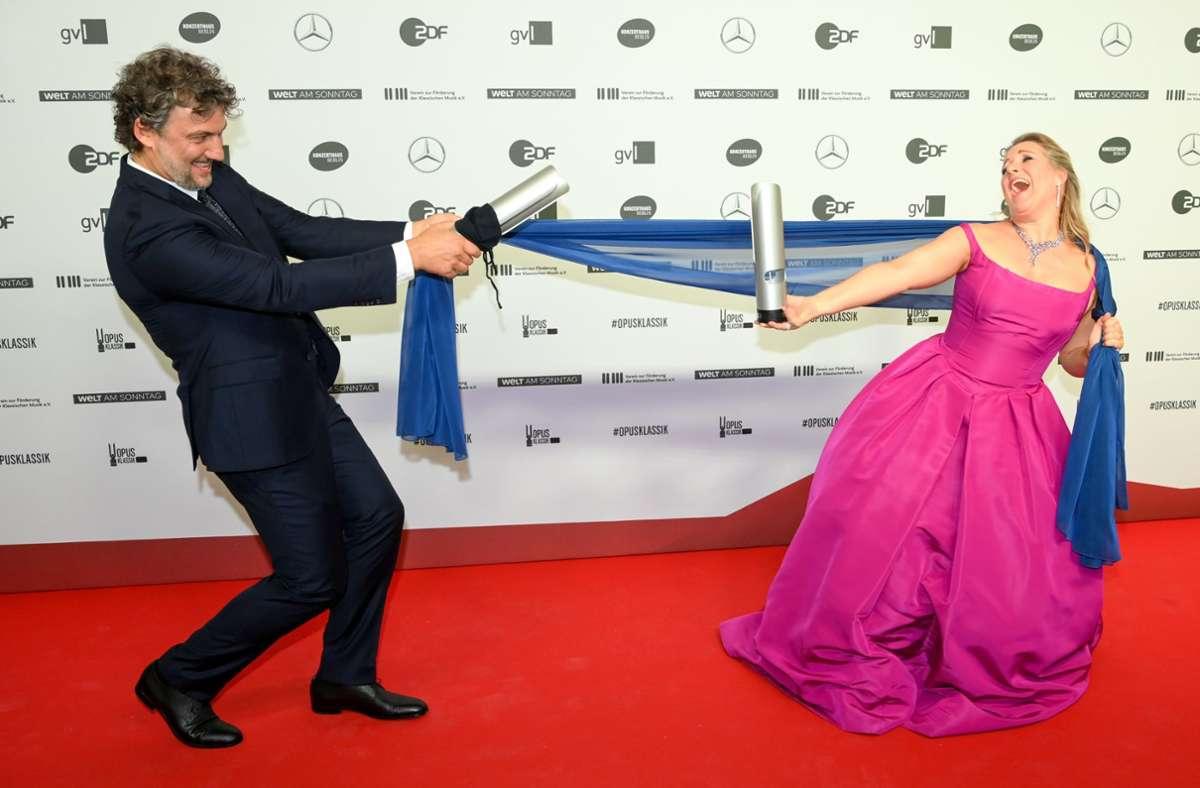 Scherzen mit den Abstandsregeln: Jonas Kaufmann und Diana Damrau bei der Opus-Klassik-Gala. Foto: dpa/Jens Kalaene