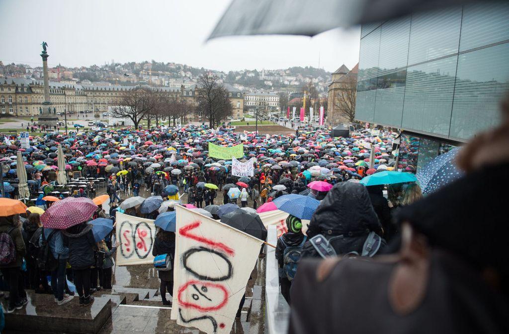 Schüler, Lehrer und Eltern demonstrieren am Donnerstag in Stuttgart auf dem Schlossplatz für eine erhöhte Grundförderung von Privatschulen. Foto: dpa