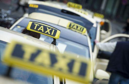 Preller lässt sich aus fahrendem Taxi fallen – schwer verletzt