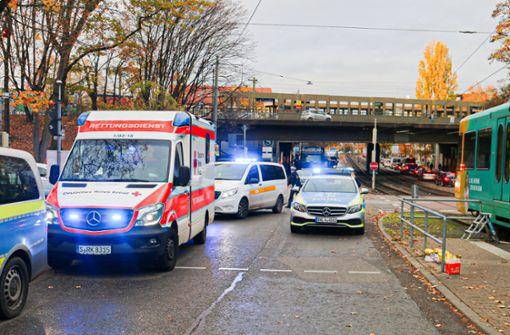 Fußgänger wird an einem  Z-Überweg von einer  Stadtbahn erfasst