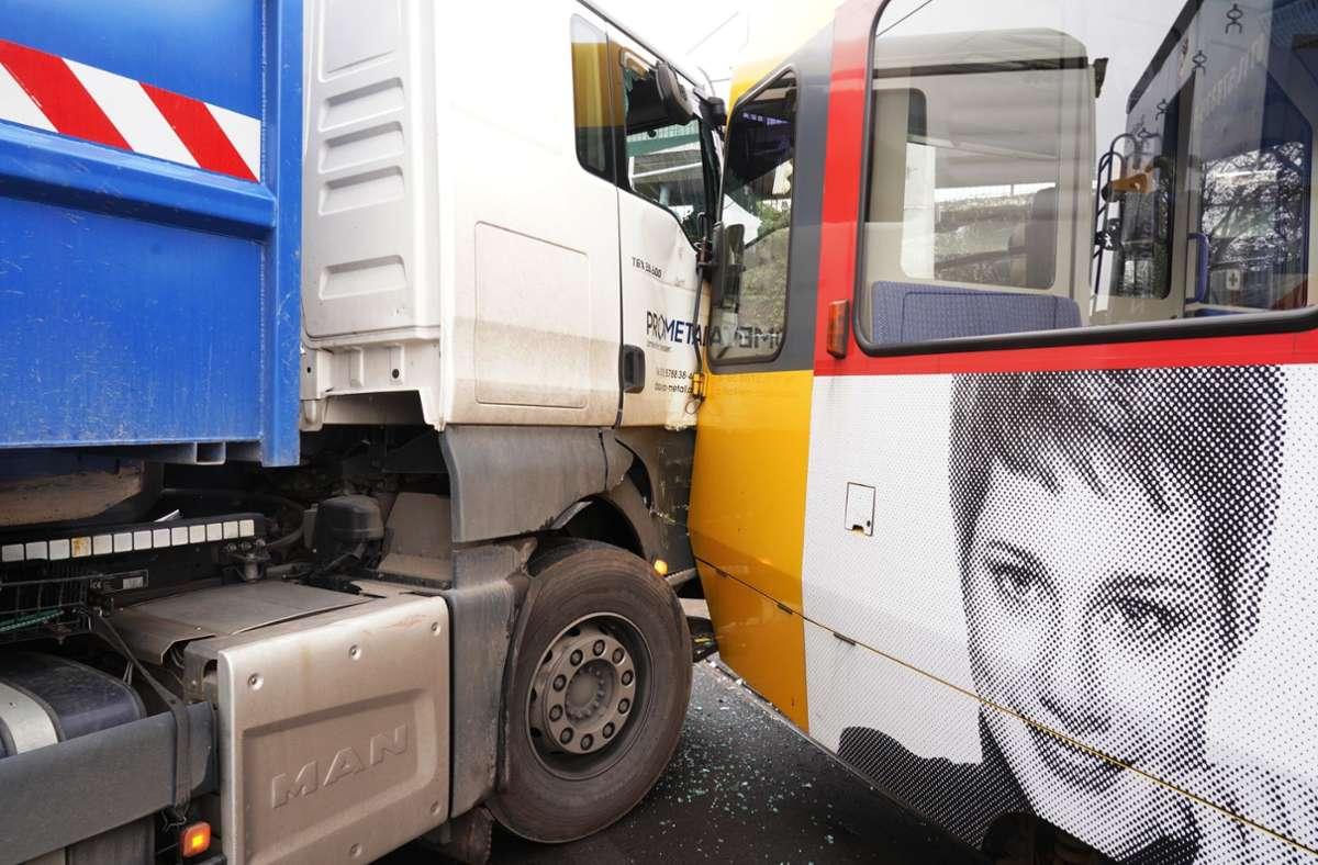 Zusammenstoß in Stuttgart-Untertürkheim Foto: Andreas Rosar/Fotoagentur-Stuttgart
