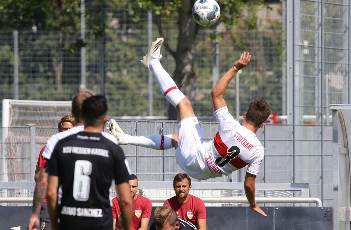 Die Fußball-Regionalliga Südwest hat es mit Corona-Fällen so hart getroffen, wie keine andere Liga – auch ein Spiel des VfB II (hier Florian Kleinhansl mit einer spektakulären Einlage gegen Hessen Kassel) musste schon verlegt werden. Foto: Baumann